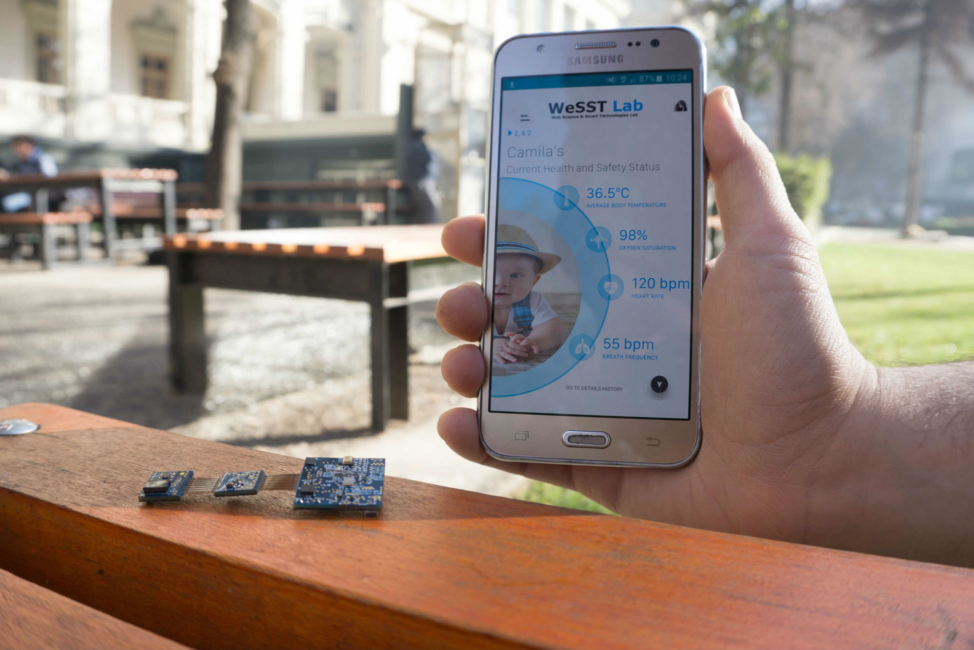 La pulsera trabaja remotamente con una App para móviles.