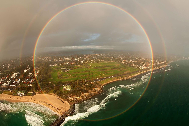 Así luce un arcoíris visto desde un avión.