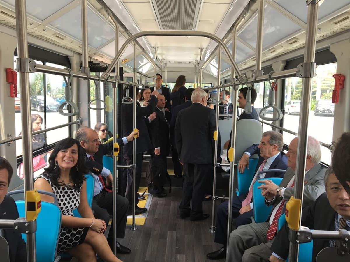 Interior del bus eléctrico del Transantiago.