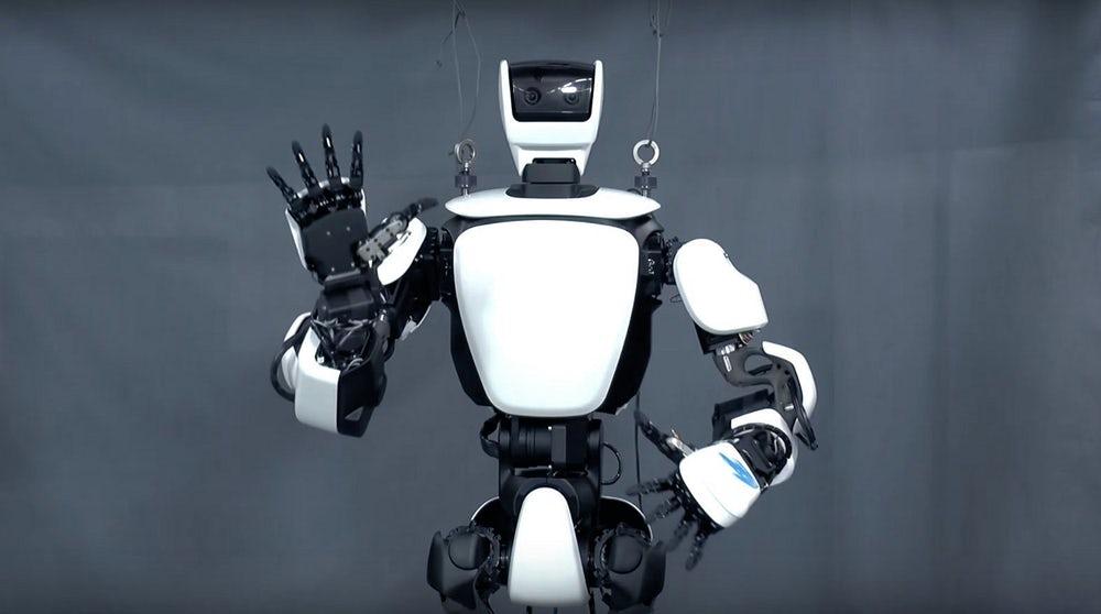 Conoce a T-HR3, el robot que imita casi a la perfección los movimientos humanos