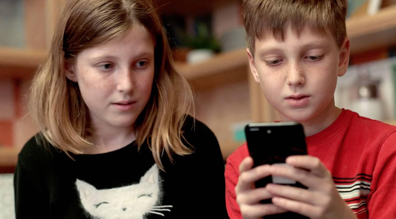 6 de cada 10 adolescentes revisa su celular al despertarse