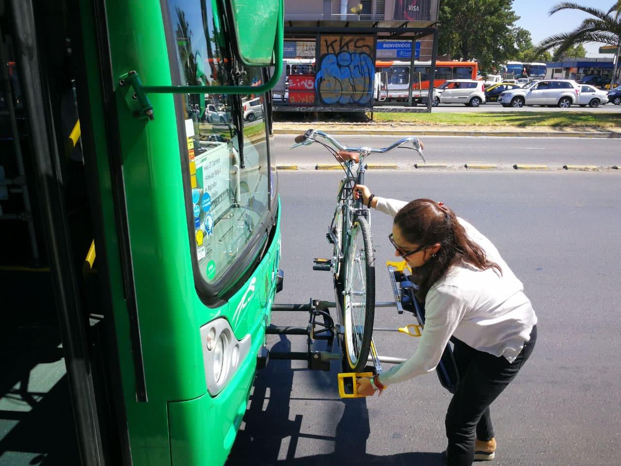 Transantiago comienza nuevo piloto para transportar bicicletas en micros