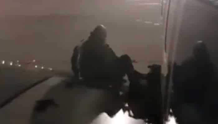 Se aburrió de esperar para bajar del avión y se escapó por la puerta de emergencia