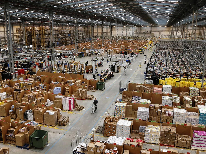 Maltrato en almacenes de Amazon, incitaría a los empleados a orinar en botellas