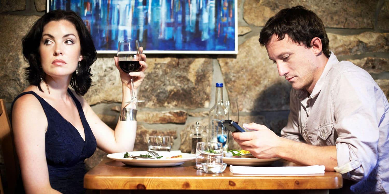 Más de la mitad de las parejas pelean por el uso excesivo de tecnología