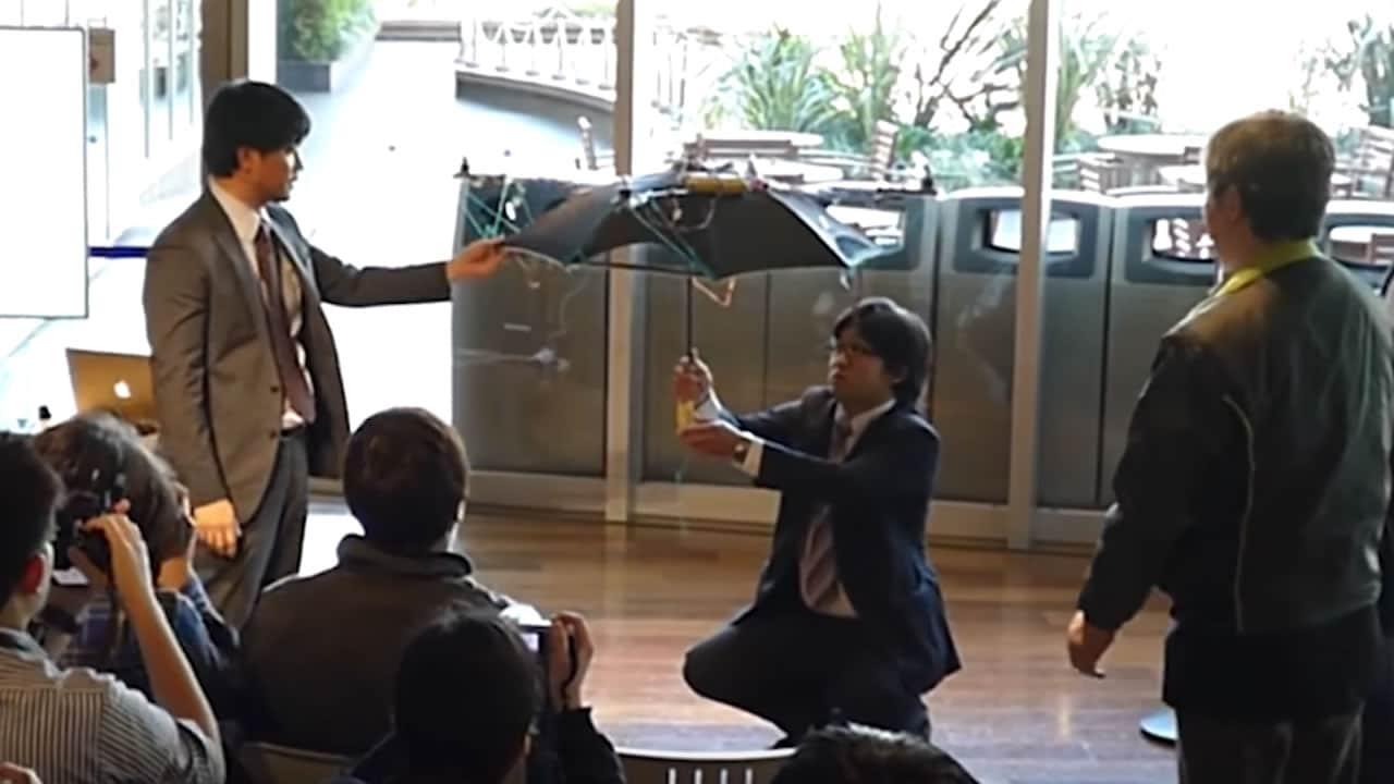 Este paraguas inteligente te sigue como un drone para que no mojes
