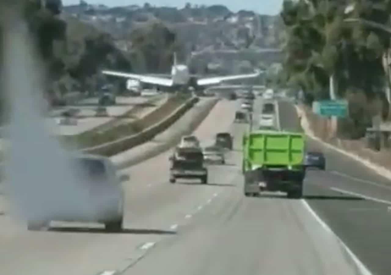 Mira el momento que un instructor de vuelo y su alumno aterrizan en una carretera