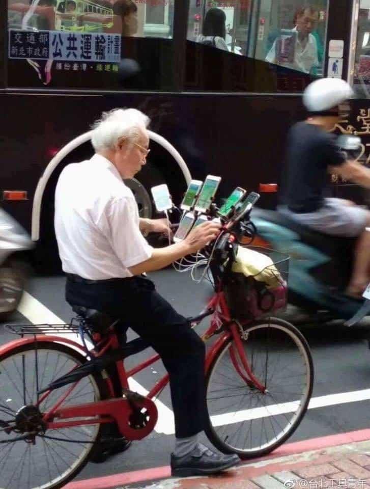 Anciano de 70 años juega Pokémon GO en bicicleta y 11 celulares