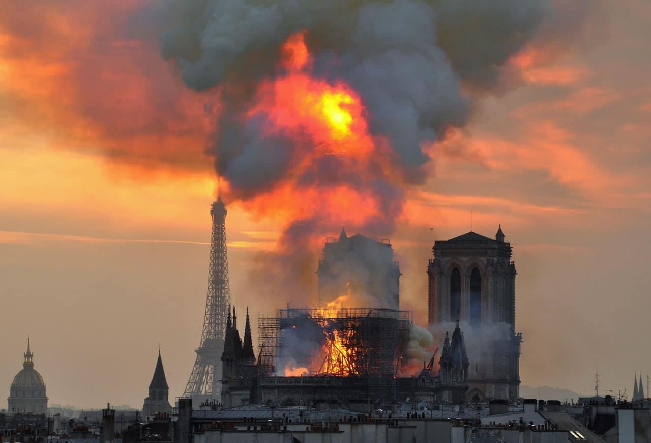 Anonymous se queja contra los millonarios que donaron por Notre Dame.
