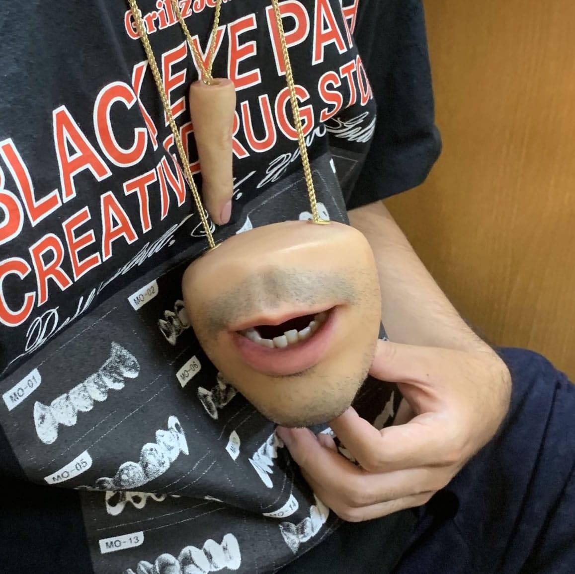 Este monedero con forma de boca hiperrealista te hará ahorrar y asustarte.