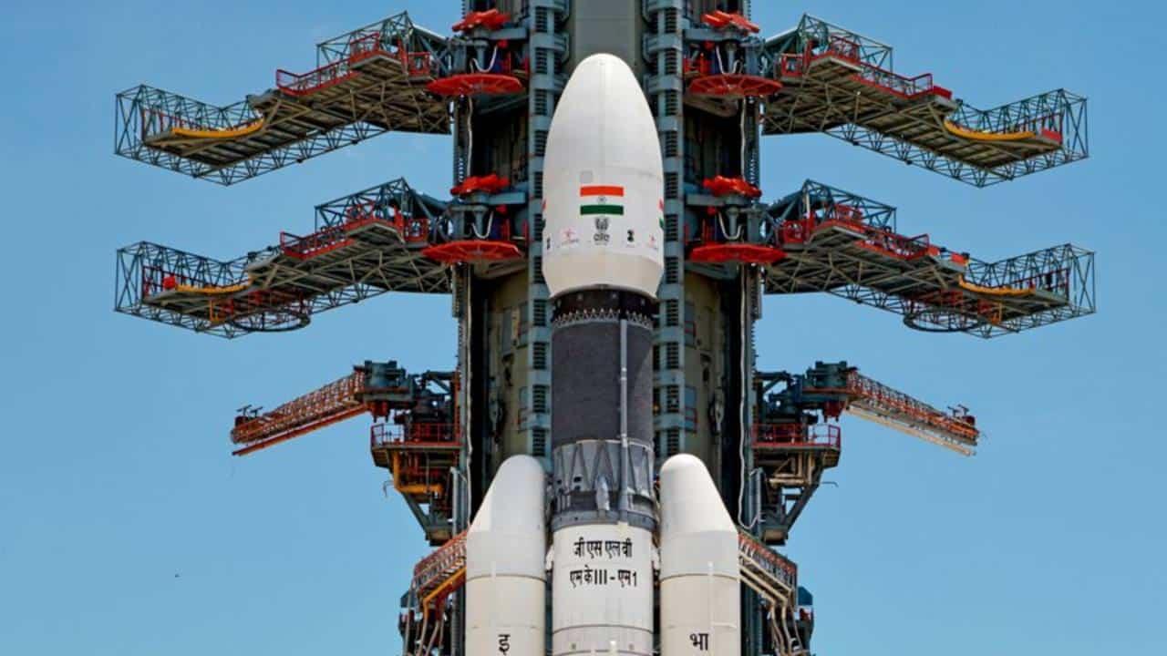 India lanzó la primera misión espacial que estudiará el polo sur de la Luna.
