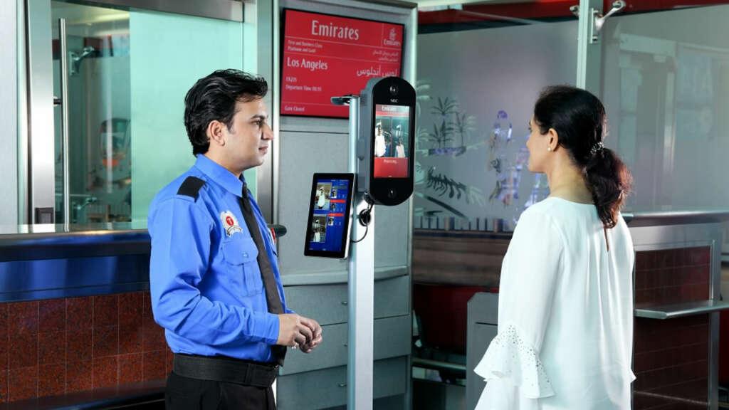 Sumándose a la moda, ahora Emirates escanea tu cara para subirte al avión.