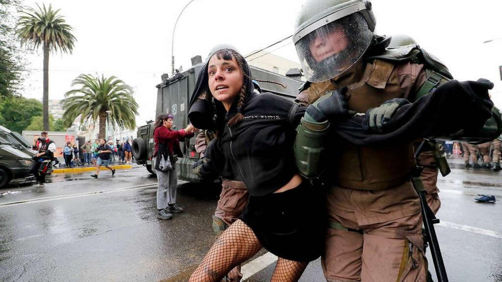 Crisis en Chile: ¿es ilegal grabar con mi celular a un Carabinero?