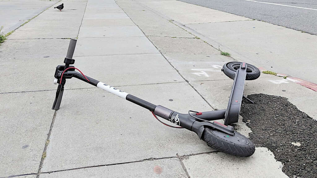 """Más ciudades dicen """"no"""" a los scooters y bicicletas eléctricas en veredas."""