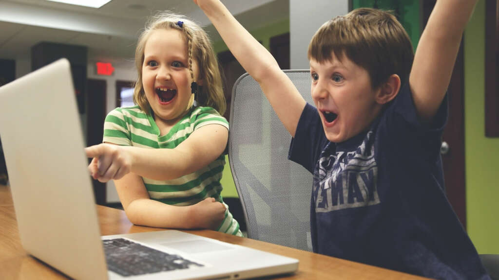 La principal actividad de los niños chilenos en Internet es jugar y ver videos.