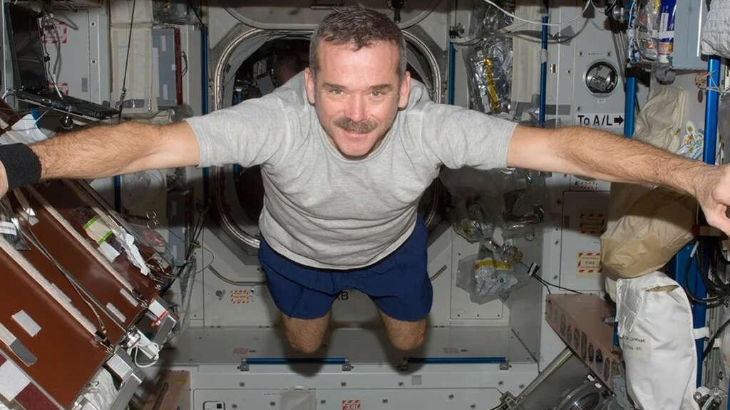 El astronauta Chris Hadfield entregó sus consejos para sobrellevar la cuarentena.