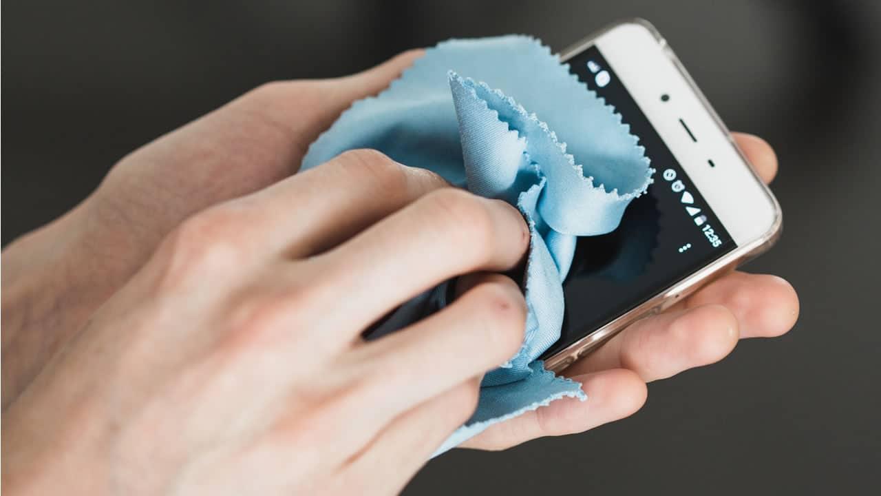 ¿Cómo limpiar y desinfectar mi celular? Esto dicen los fabricantes.