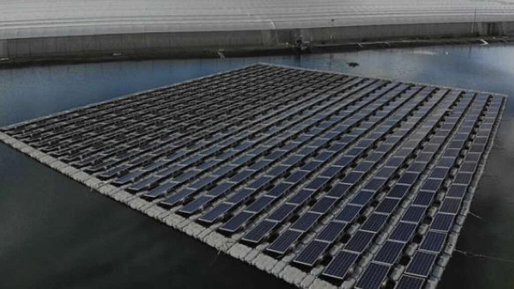 Inauguran la primera planta fotovoltaica flotante de Chile conectada a la red eléctrica.