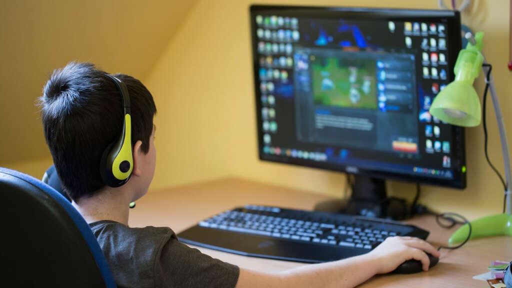 Advierten sobre los riesgos a niños por transmisiones en vivo de Twitch.