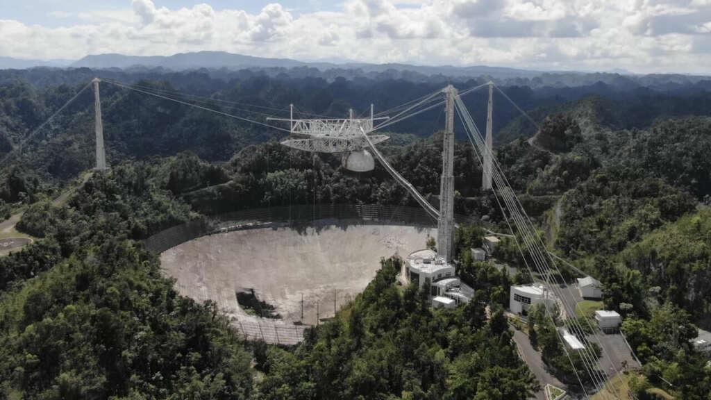 Muestran el momento exacto del colapso del histórico radiotelescopio de Arecibo.
