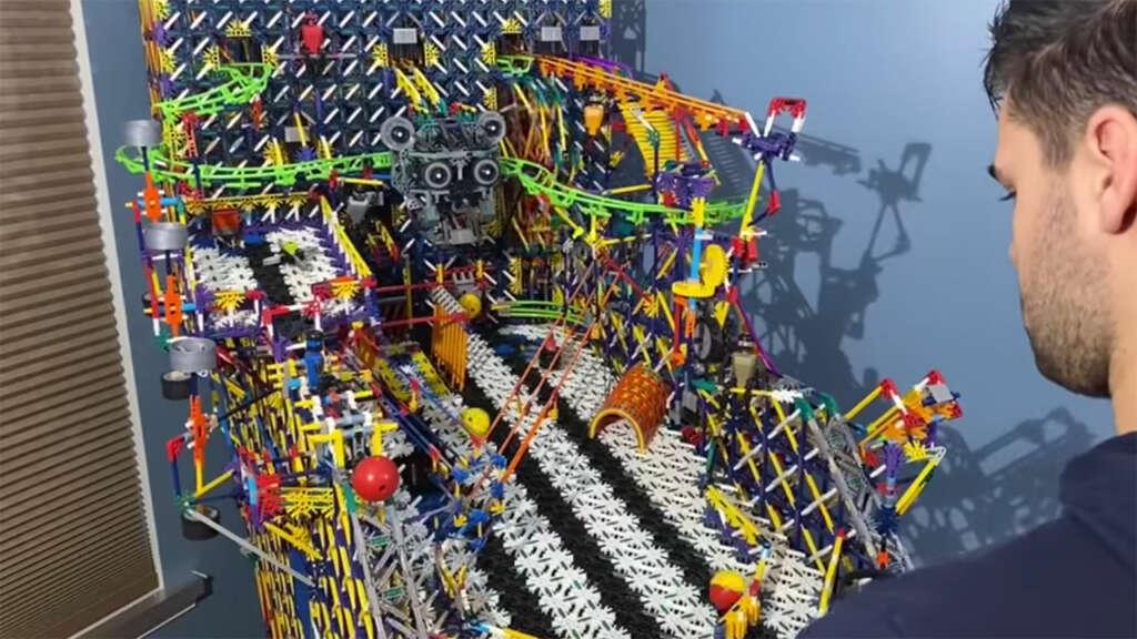 Creó una máquina de Pinball totalmente funcional usando piezas K'Nex.